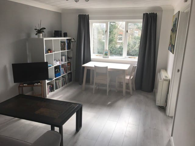 Newly renovated one-bed flat with parking - London - Apartment