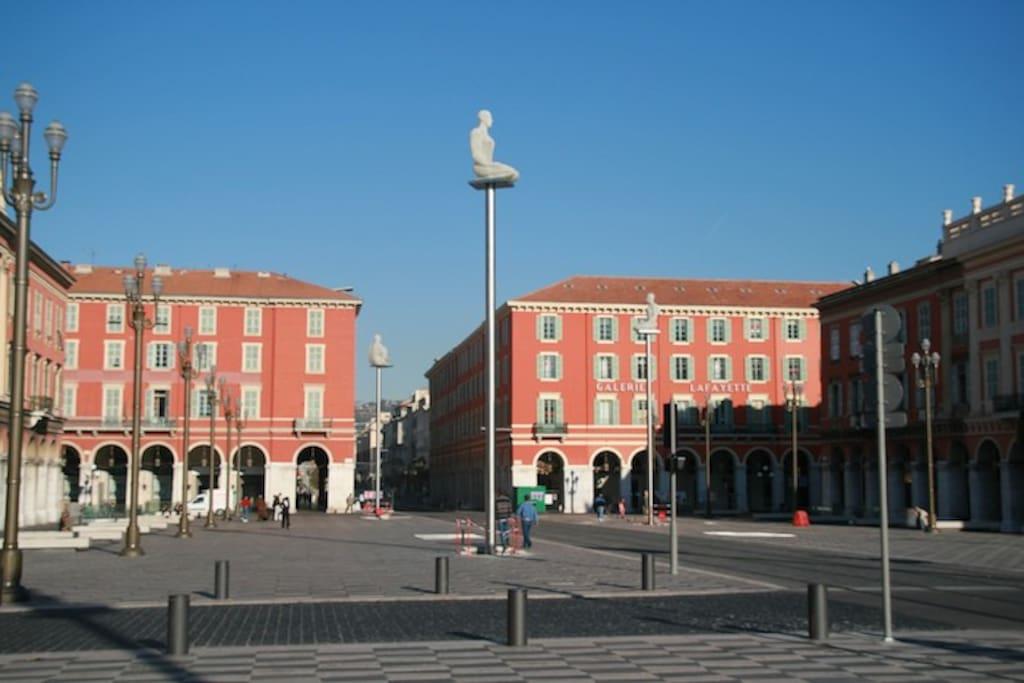 Place Masséna        le matin