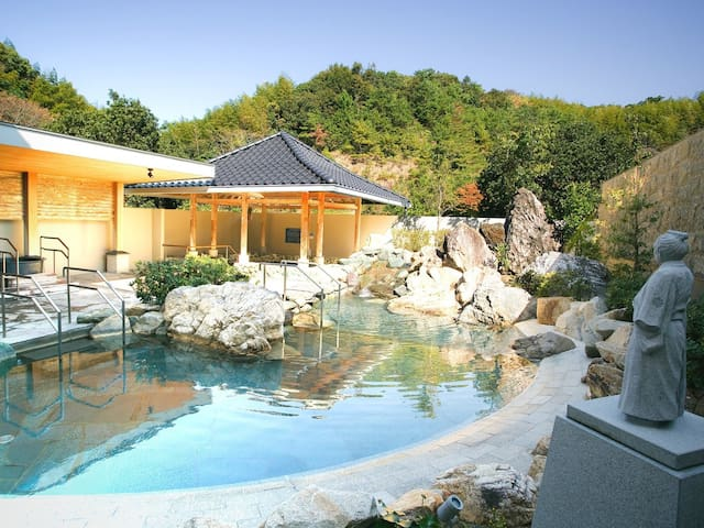 【20 mins by car from the airport!】【4 pax】Onsen open-air bath available!和洋室(36㎡),Free Wi-Fi!