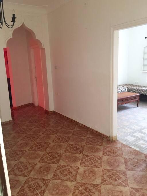 Hall vu sur les deux chambres et le salon