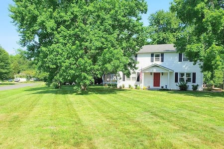 Lavenlay Room - Beautiful Colonial on 1/2 Acre