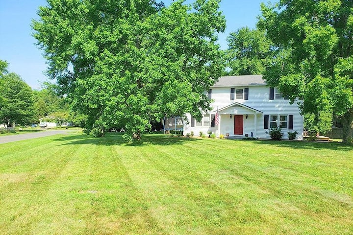 Sandstone Room -  Beautiful Colonial on 1/2 Acre
