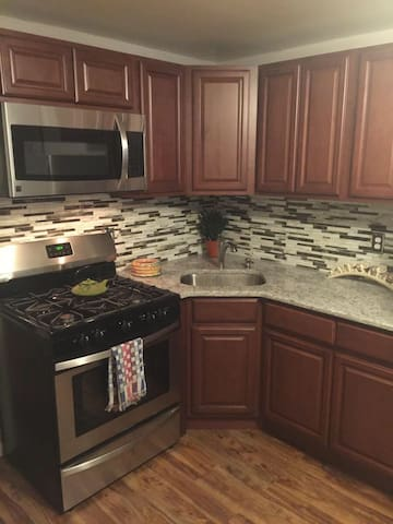 Cozy garden renovated 1 bd apart 40 min to NYC