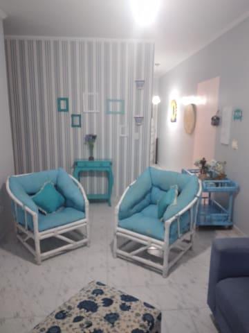 Sala com sofá de 3 três  lugares e 2 poltronas super confortáveis