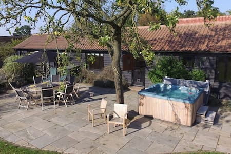 The Barn - Grade II listed barn with hot tub - House