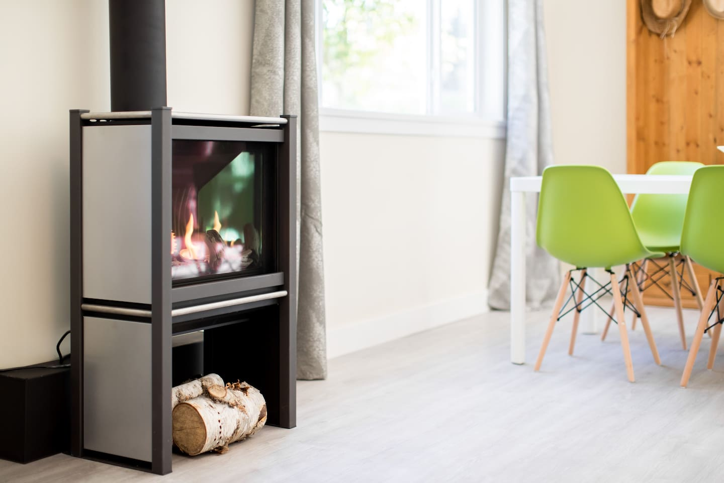 Easy-on gas fireplace. Cozy!