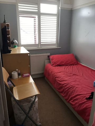 Cosy Bedroom to rent in Sutton