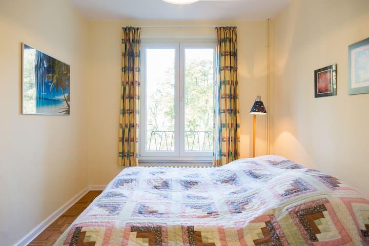 Kleines Schlafzimmer mit Doppelbett