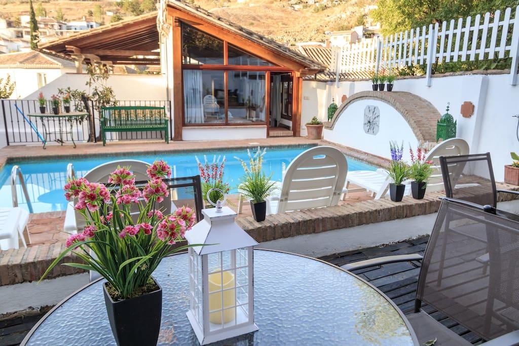 piscina y zona de estar