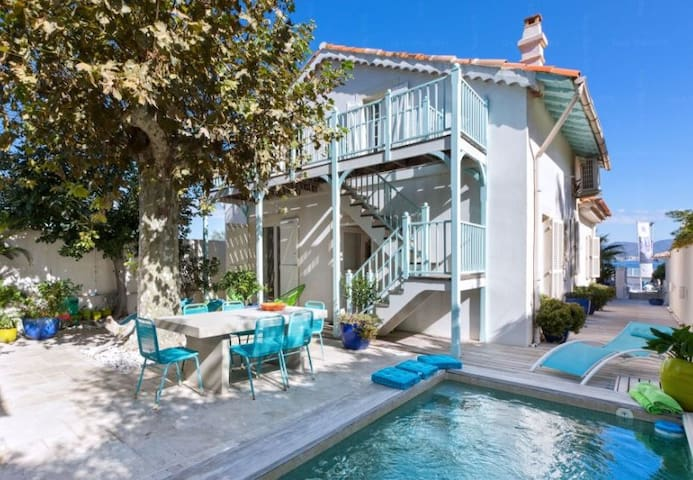 Seaside Villa with Pool, garden and guesthouse