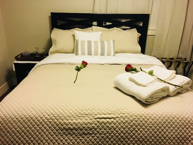 Private Fully Furnished Room 3 miles to Disneyland