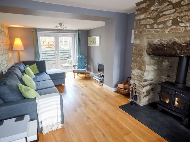 BODLAWEN, pet friendly, with open fire in Corwen, Ref 990061