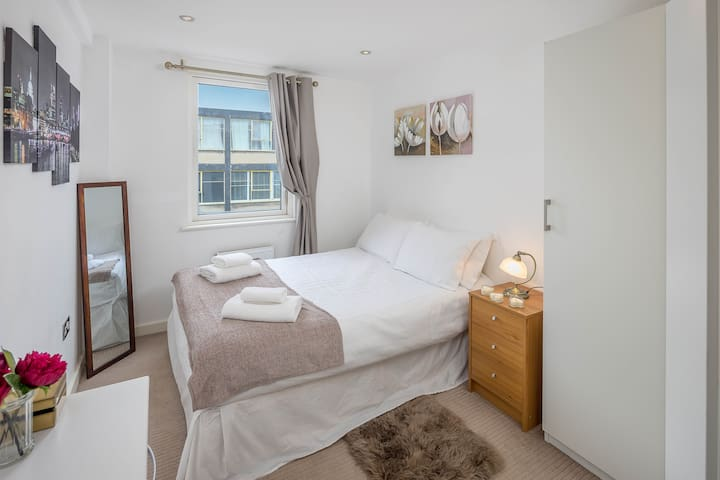 Zone 1 Shoreditch flat with great reviews
