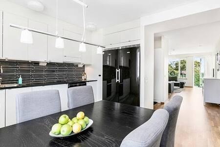 Cosy room in apartment overlooking Kista Garden - Stockholm