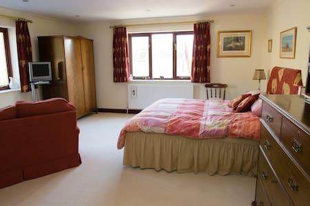Double en-suite in country house. - Devon