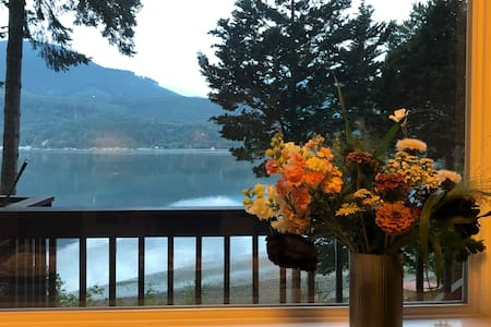 Peaceful Waterfront Quilcene Bay Retreat