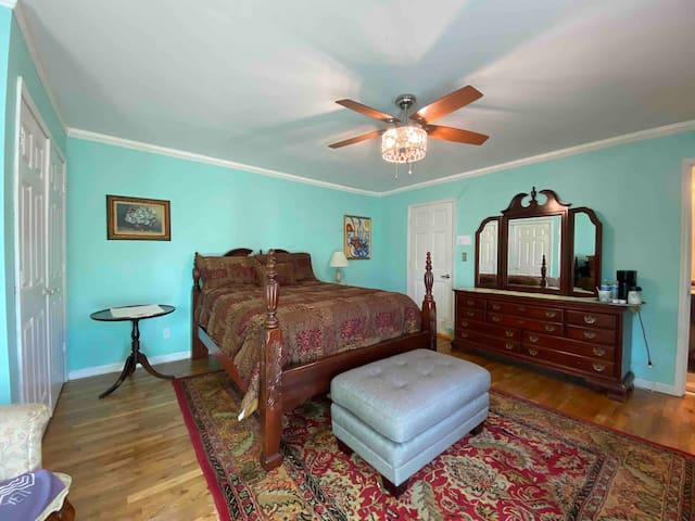 Private very large guest room/deluxe bath/TV/WiFi