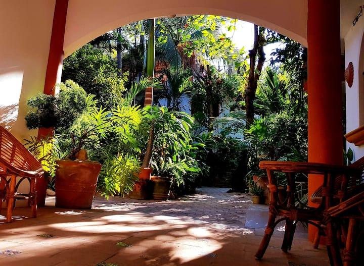 El Jardín - Apto. #5: ¡Romántico, cocina y A/C!