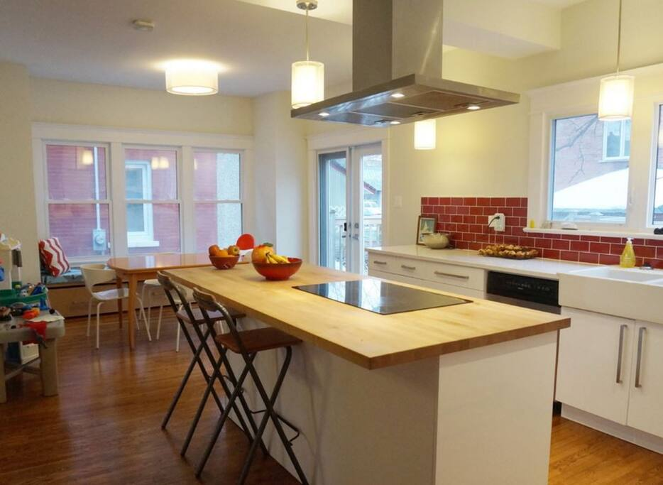 Large open concept kitchen and dining room.