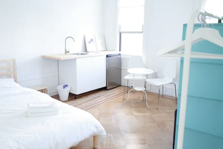 Bright, Large Room w/ kitchenette, 15mins to NYC - Brooklyn - House