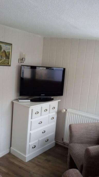"""beheizbarer Wohnraum mit 2 Polstersesseln und 40"""" Flachbild-TV"""