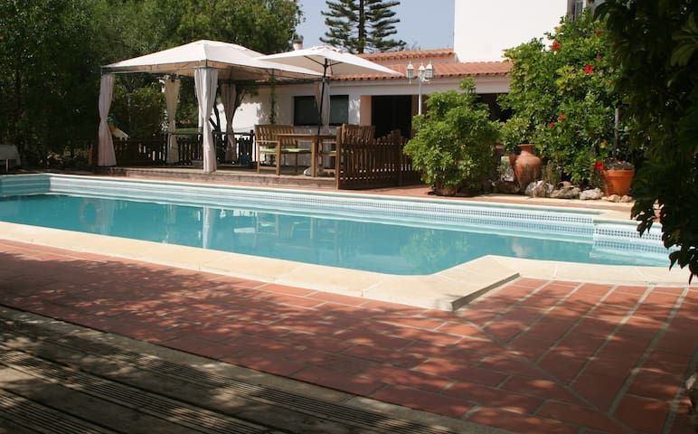 Spacious Vivenda With Discrete Heated Pool - Quelfes - Willa