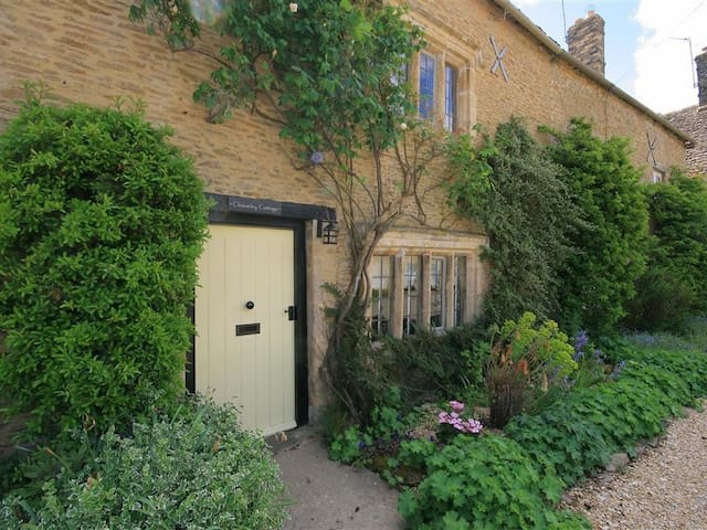 CLEEVELEY COTTAGE, romantic, with open fire in Burford, Ref 988786