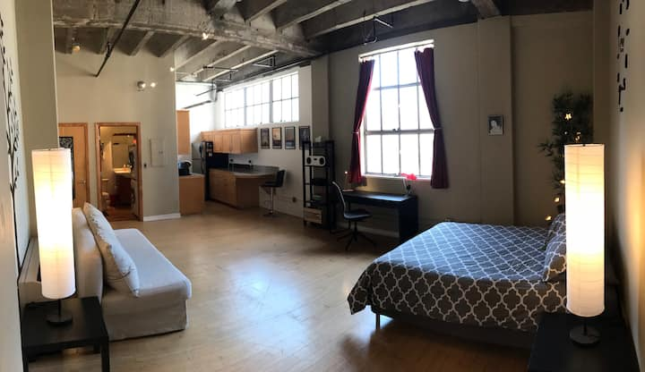 Minimalist DTLA loft w/ view, rooftop pool/hot tub