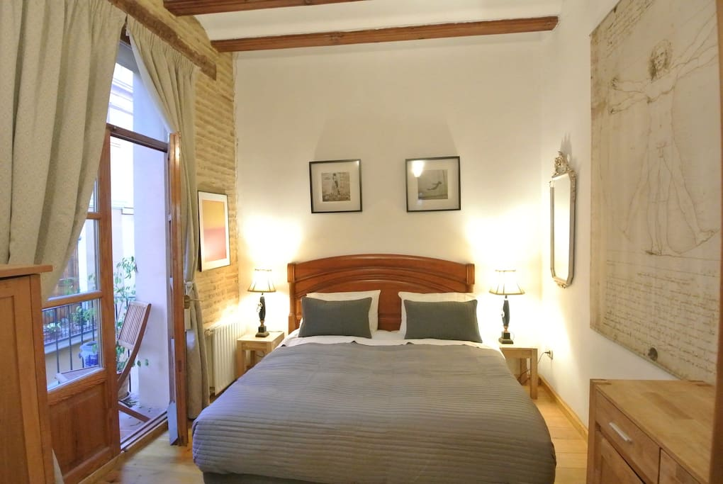 Wonderful bedroom with >30cm thick mattresses, large balcony, high ceilings with original beams... Kingsize bed or 2 singles