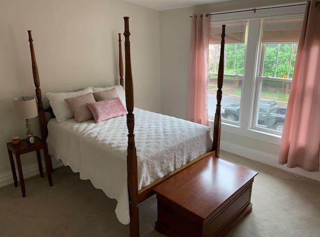 Cozy Bedroom in Quiet Neighborhood