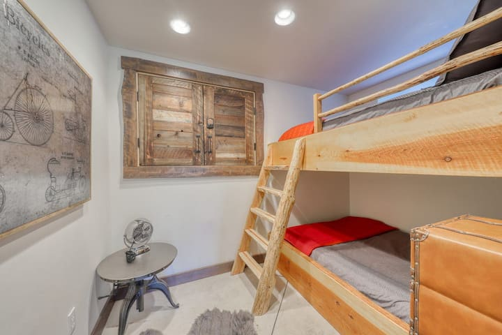 Bunk room with Two DOUBLE beds