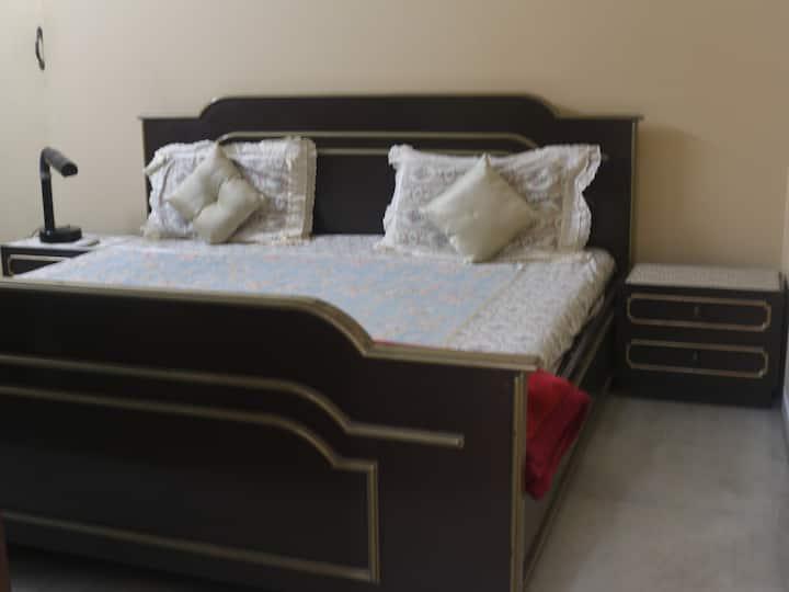 Large En-suite Room in Vintage property (Kilpauk)