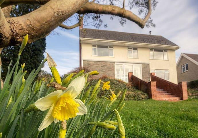 Spacious house with panoramic coastal views