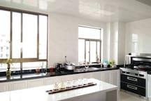 开放式厨房,品牌集成灶,美的电饭煲等厨房用具。