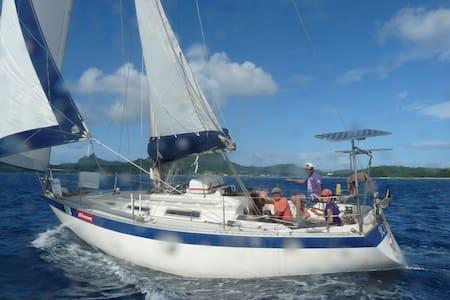 bateau sur l'eau - Taravao