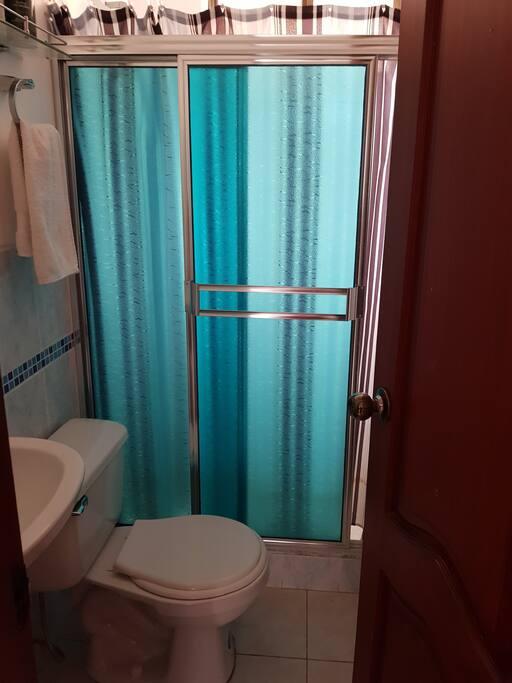 El baño es compartido entre las 2 unicas habitaciones.