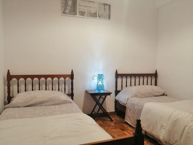 ROOM, 2 SINGLE BEDS, CENTRE, TRAIN STATION!