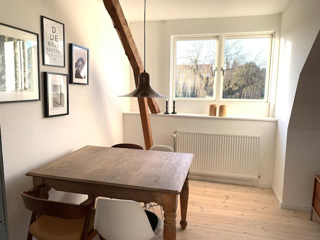 Cosy and light apartment with friendly hosts :)