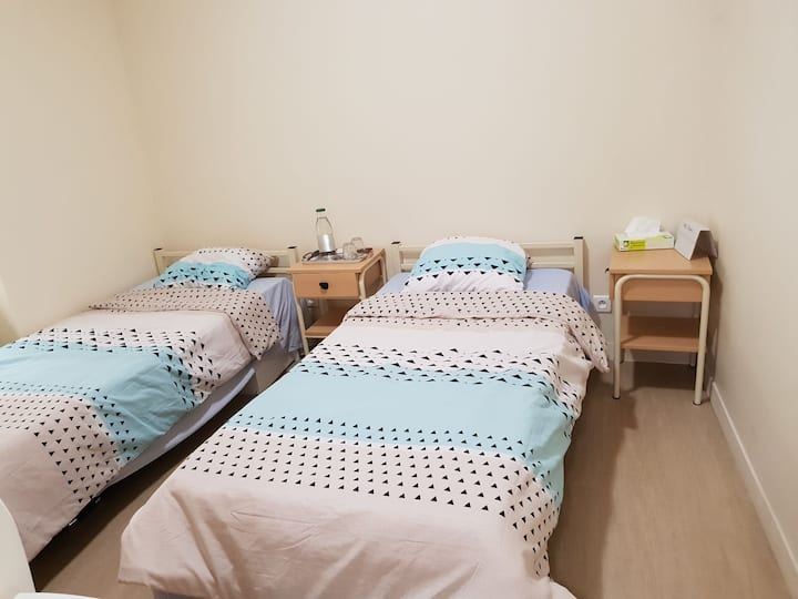 Bedroom with 2 beds/Chambre avec 2 lits