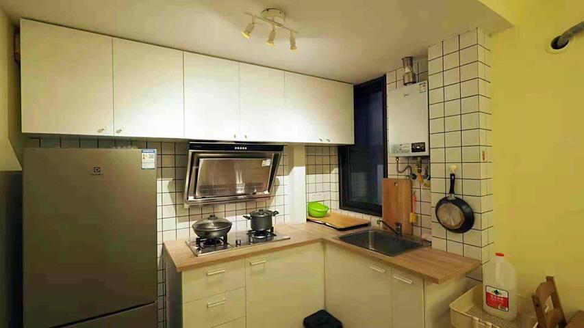 一应俱全的厨房(柜子里面还有各色海派酱料哦!)