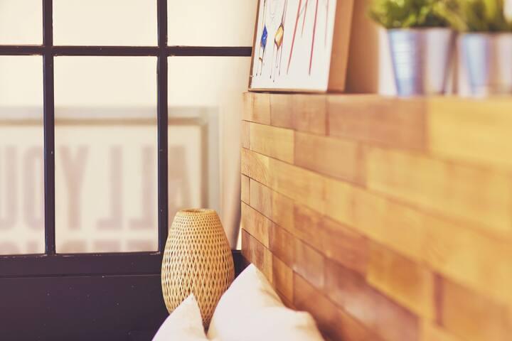 아기자기한 소품들과 목재 인테리어로 아늑하고 따뜻한 분위기를 주는 C_401 객실