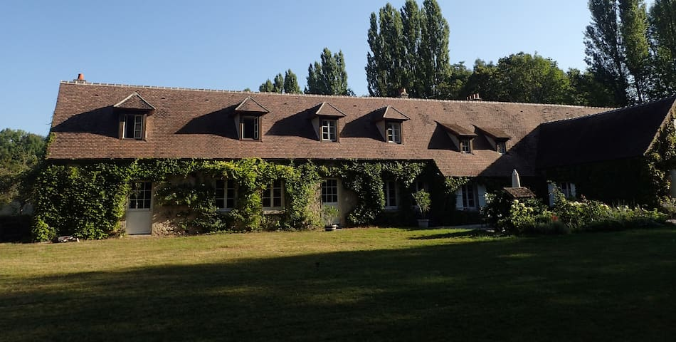 Grande maison XVIIè avec piscine à 30 min de Paris - Fleury-en-Bière - Дом