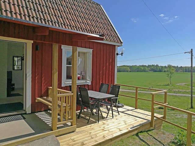 Vinterbonat litet hus i lantlig miljö.