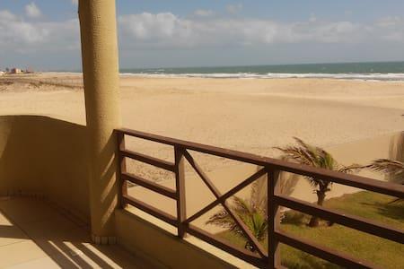 Espaço e paz numa praia deserta - Taiba