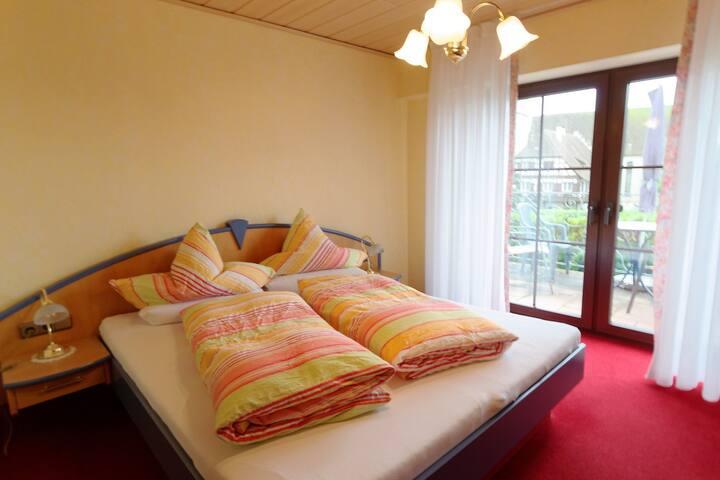 Gästehaus Ainser, (Hagnau am Bodensee), Doppelzimmer Komfort l mit Balkon
