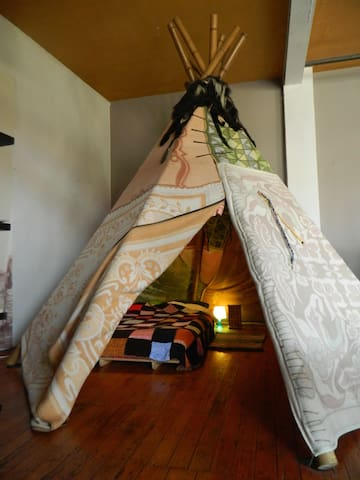 Tipi inside our Brussels art loft! - Anderlecht - Loft