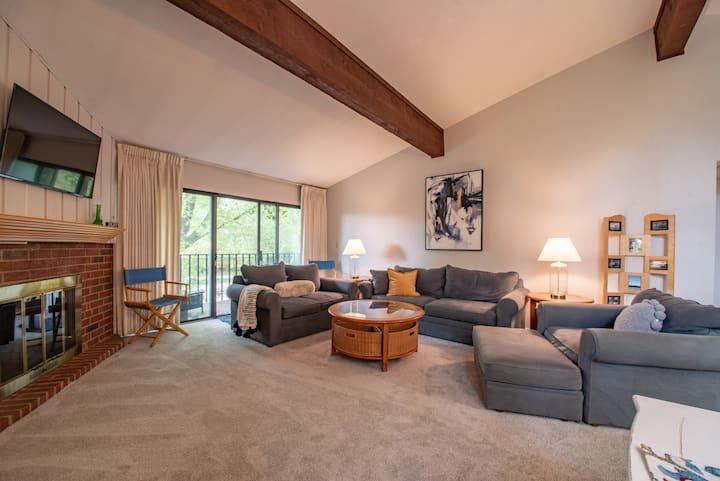 Peaceful, 2 Bedroom, Lake Geneva Escape!