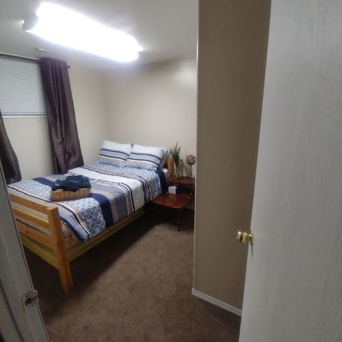 Close to College - Basement room in a Family home