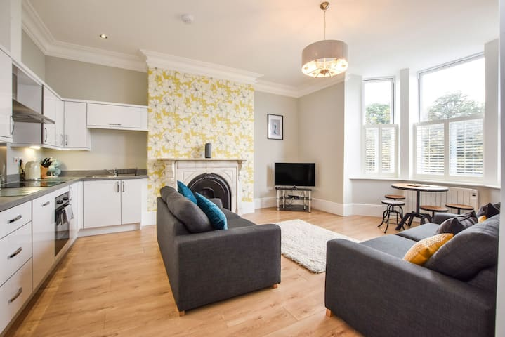Moorgate View - Bright & Modern newly refurbished apartment - on street parking