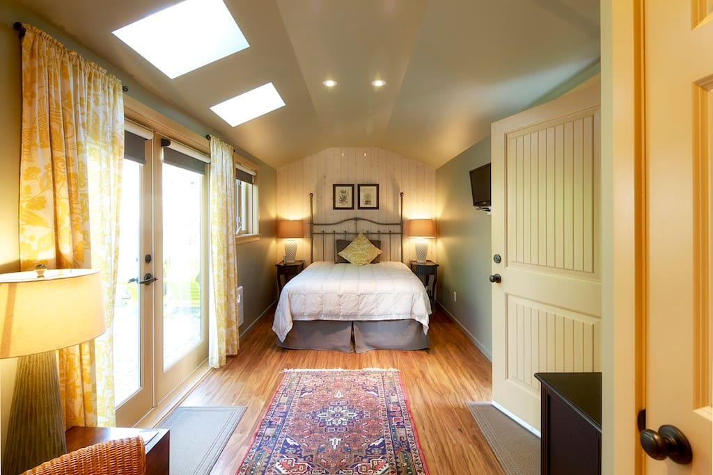 "Your private "" cottage"" room with private patio"